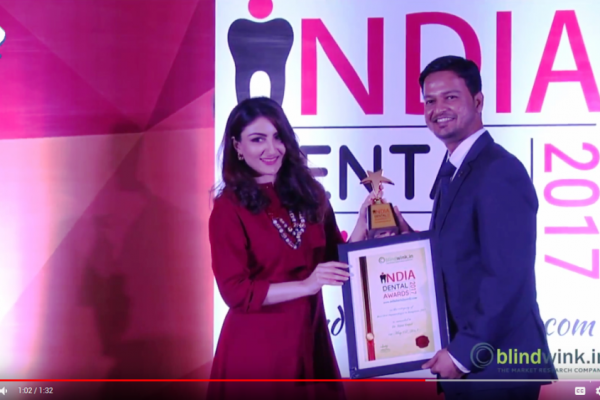 Dr.Sujay Gopal receiving india dental award 2017 from Soha Ali Khan Pataudi